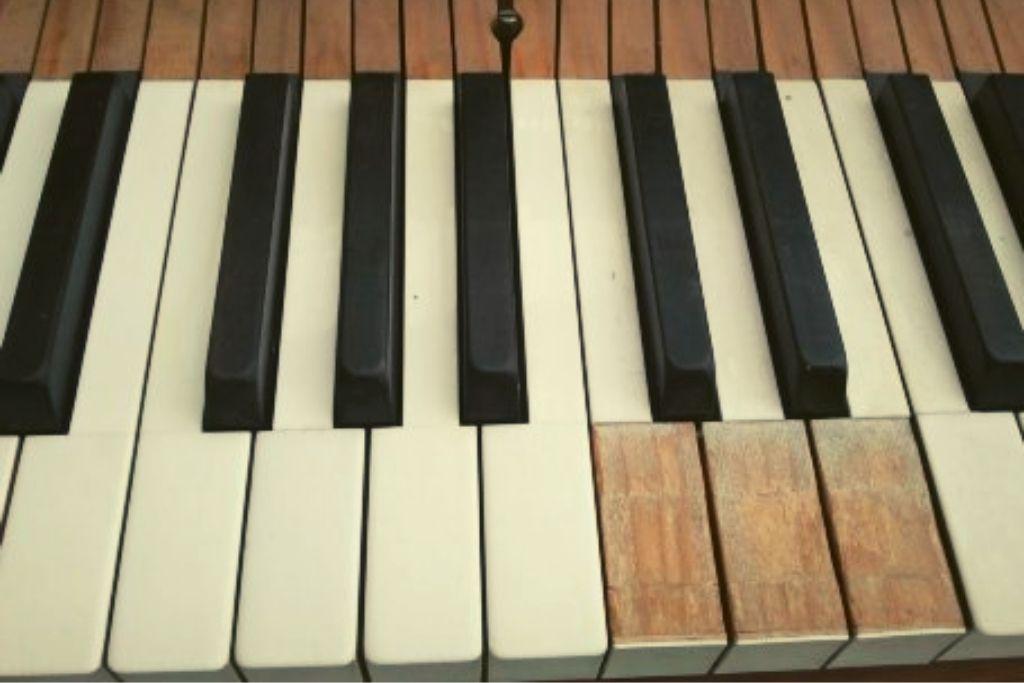 Fehlende Klavier Tastenbelege stören unglaublich beim Klavier spielen.